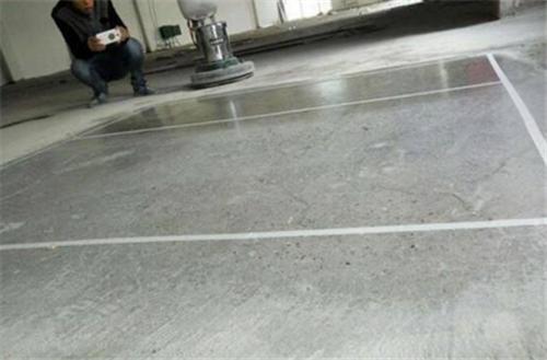 水泥地面不平怎么处理 地面不平用石膏粉补平可以吗插图